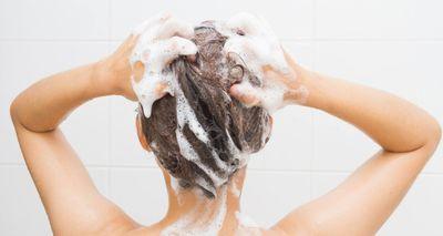 髪を洗う1