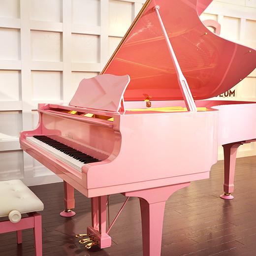 新生姜色のグランドピアノ